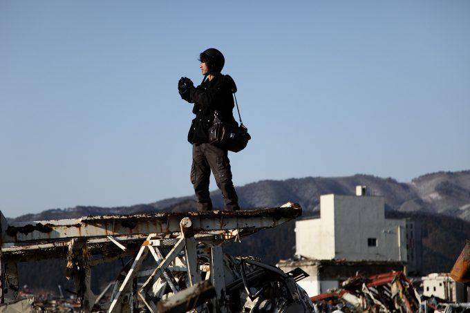 C04 東日本大震災直後の現地入りカメラを杖として