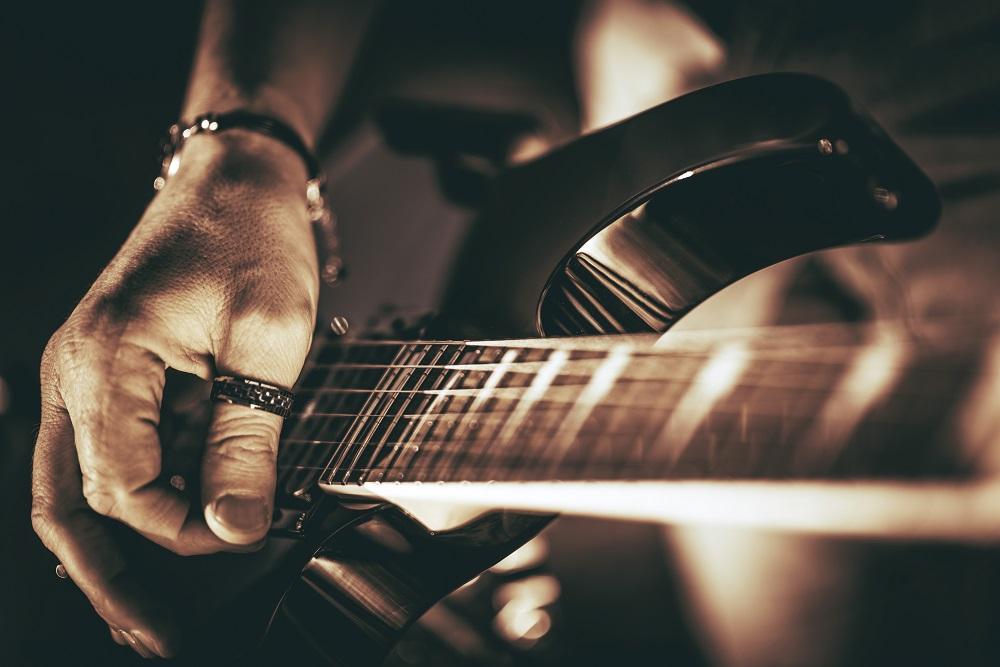 一般財団法人mudef、熊本支援のためのチャリティーオークションに、B'z松本孝弘様サイン入りギター